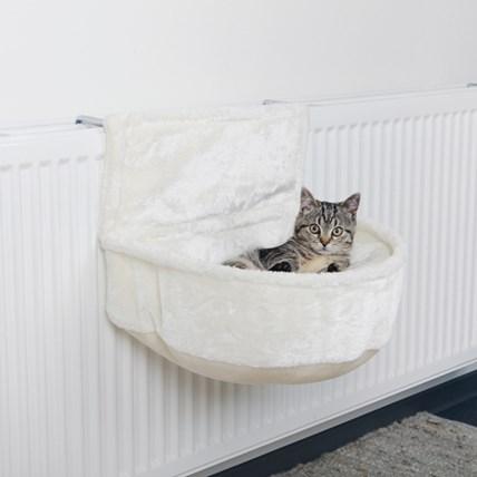 Elementsäng som kattbädd i vit plysch.